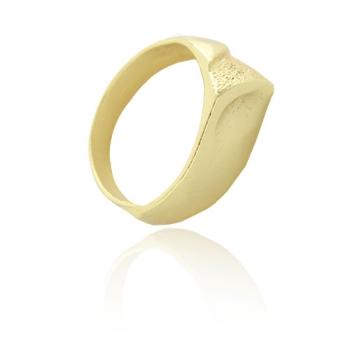 Anel folheado a ouro com detalhes craquelados na diagonal